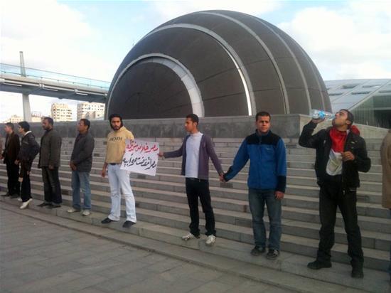 Partisans et opposants se joignent les mains pour protéger la Bibliothèque