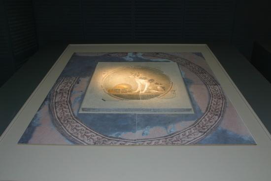 قطعة من الفسيفساء المخصص لزخرفة الأرضيات من حفائر موقع مكتبة الإسكندرية الجديدة.